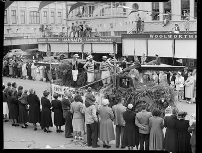 Civic Procession: Gisborne Rowing club.; Nov 1952; 42674